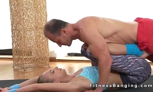 Flexible harmonize peaches fucks her passing onwards gym